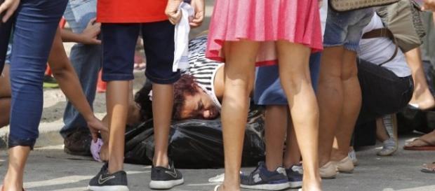 A mãe de Guilherme abraçada ao corpo do filho Foto: Fabio Rossi / Agência O Globo