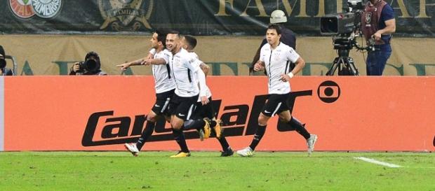 Corintianos comemoram o primeiro gol (Foto: Reprodução)