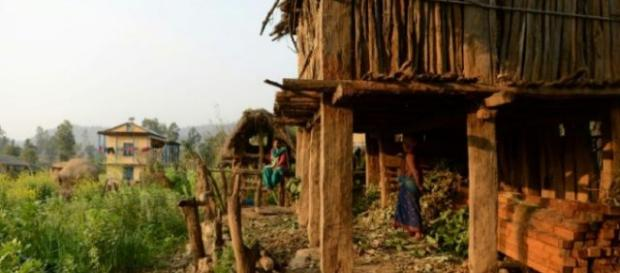 Mulher morre durante o 'exílio menstrual' no Nepal