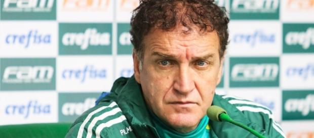 Treinador da equipe em coletiva de imprensa (Foto: Reprodução)