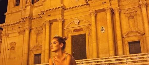 Chiara Ferragni seduta sulla scalinata della Cattedrale di Noto