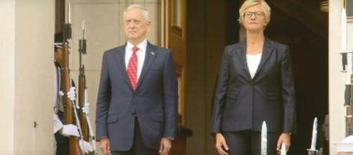 Il capo del Pentagono, James Mattis, e la ministra della Difesa, Roberta Pinotti