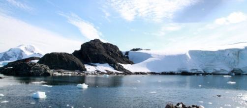 Se desprende un gran iceberg de la Antártida
