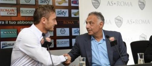 Stretta di mano tra Francesco Totti e James Pallotta (fonte: ilmessaggero.it)