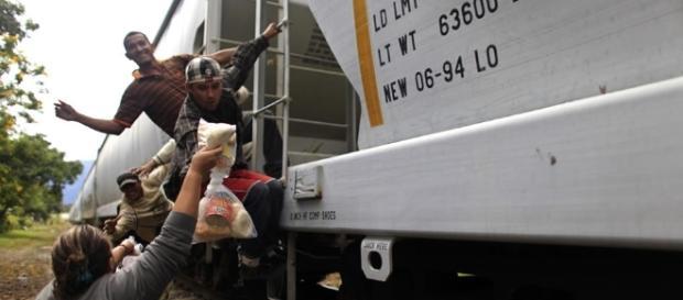 Las patronas dando alimentos a los migrantes.
