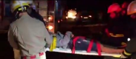 Rapaz ficou preso entre as ferragens, mas foi retirado com vida - foto: Reprodução/YouTube