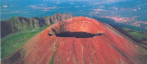 Il cratere del Vesuvio visto dall'alto.