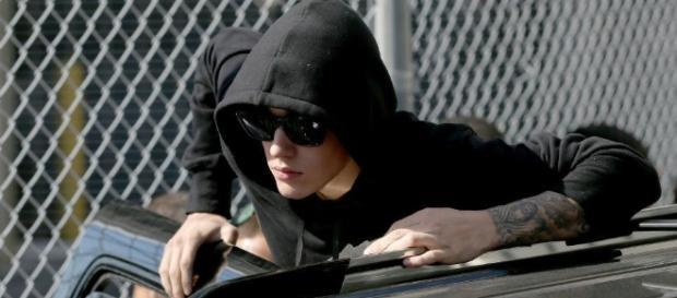 Justin Bieber continua causando problemas
