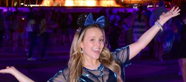 Ousada, Larissa Manoela posa para foto na Disney