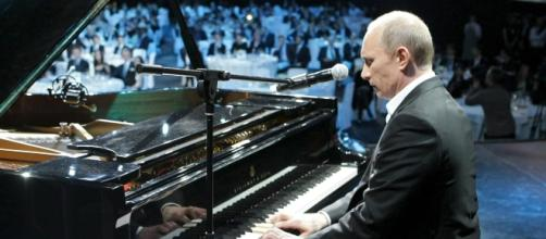 """El presidente Vladimir Putin es visto tocando el piano y los medios se maravillan con su """"lado más suave""""."""