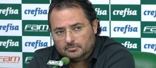 Executivo de futebol do Palmeiras concede entrevista coletiva