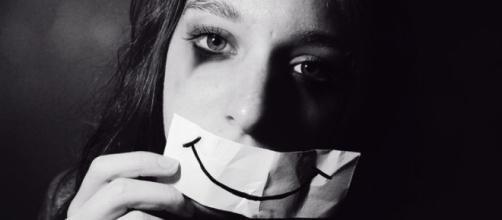 A depressão é um problema de saúde pública, a qual se distingue da tristeza pela sua duração e pela intensidade dos seus sinais.