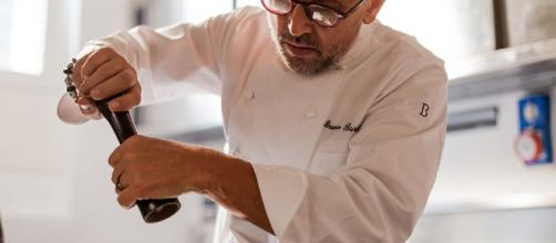Bruno Barbieri all'opera nella cucina di un suo ristorante.