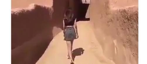 La ragazze in minigonna che passeggia in Arabia Saudita. Clicca sul tweet per vedere tutto il video.