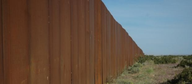 Border wall along Sonora Desert, 2009. / [Image by Wonderlane via Flickr, CC BY 2.0]
