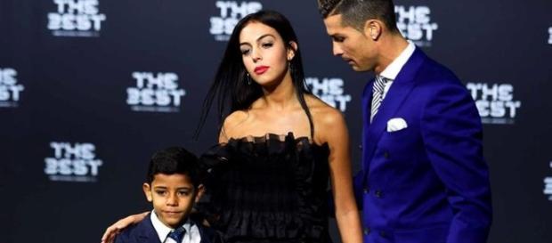 Na foto, Cristiano aparece pela primeira vez em público com a namorada e o filho, Cristianinho, durante o baile de gala da FIFA