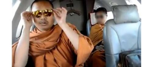 Exmonje budista haciendo ostentación de dinero