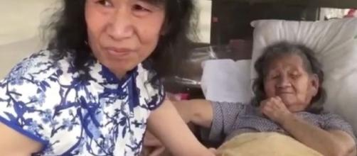 Hombre se viste como mujer para contentar a su madre