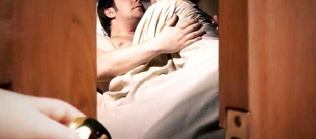 Homem pede ajuda na delegacia ao flagrar sua esposa com outro (Foto: Reprodução)