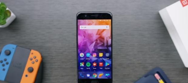 OnePlus 5 device reboots when a 911 call is made. [Image via YouTube/Marques Brownlee Channel]