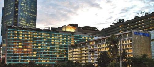Hotel Indonesia and surrounding shopping mall (wikimediacommons)