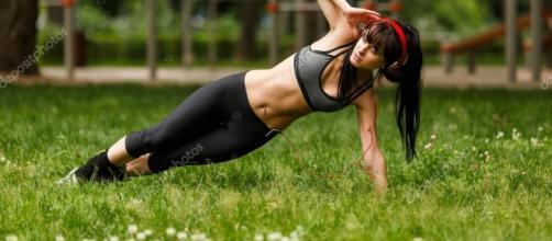 Mujer fuerte y esbelta haciendo ejercicios al aire libre. - depositphotos.com