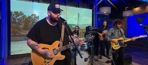 """SJohn Moreland share songs from his """"Big Bad Luv"""" and thoughts on life for """"Saturday Sessions.""""-Screencap CBS This Morning/YouTube"""