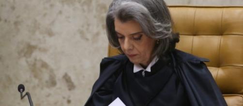 Cármen Lúcia recebe em seu gabinete documentos de delação