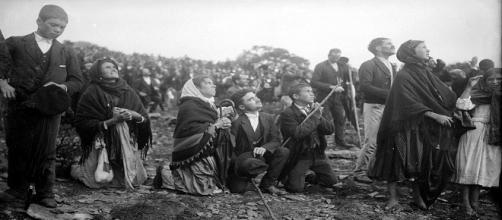 """Multitud de personas viendo el """"milagro del sol"""" de Fátima en 1917."""