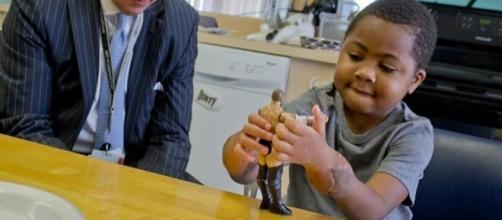 Zion Harvey foi a primeira criança no mundo a passar por uma cirurgia dupla de transplante de mãos