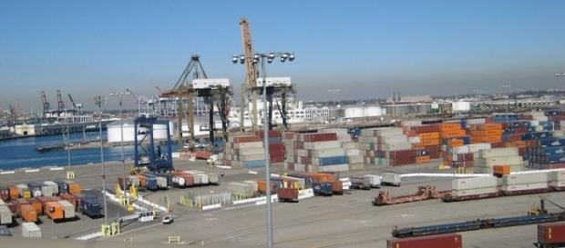Long Beach container port (credit – biofriendly – wikimediacommons)