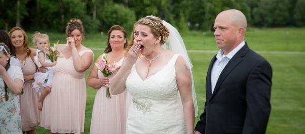 Noiva se surpreende ao ver o rapaz que compareceu na cerimônia do seu casamento. (Foto: Reprodução)