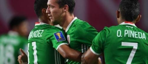 México celebrando el gol de la victoria