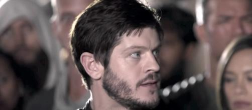 Maximus (Iwan Rheon) exhorts the slaves of Attilan to revolt in a scene from 'Inhumans.' / [Image source: Youtube Screen grab]