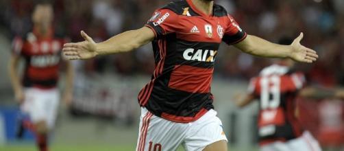 Mesmo tendo perdido pênalti, Diego foi aplaudido no final do jogo contra o Palmeiras (Foto: Reprodução)