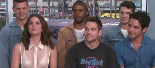 """Teen Wolf"" casts emotional during the final Comic Con 2017. Image via YouTube/ET"