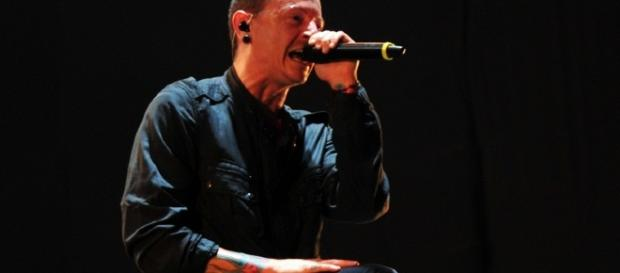 Chester Bennington playing live with Linkin Park, 2010 / Wikimedia Commons