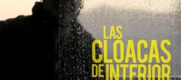 Imágen del principio del documental 'Las cloacas de Interior', simbolizándolo en un limpiacristales que limpia la suciedad de los escaparates.