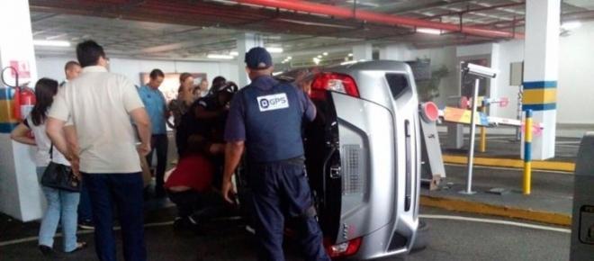 Motorista capota carro em estacionamento de shopping na Bahia