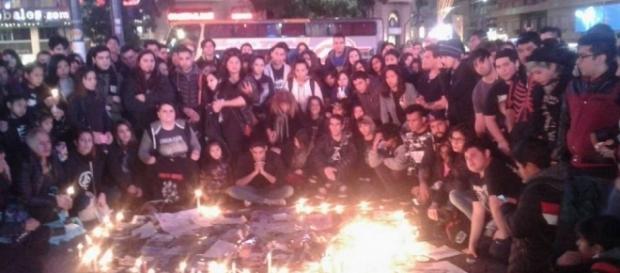 Fans reunidos compartiendo el dolor de la perdida del artista