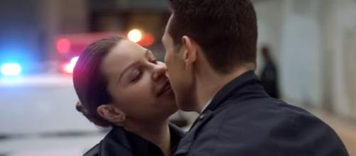 "Dan and Chloe kiss in ""Lucifer"" Season 3. (Photo:YouTube/TVPromosDB)"