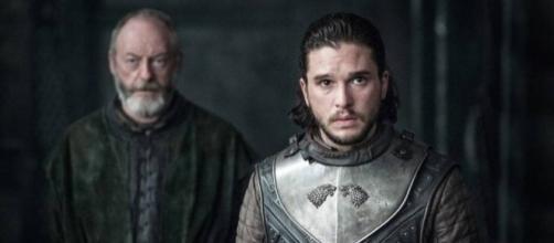 Jon Nieve y ser Davos en el salón del trono de la Madre de Dragones.