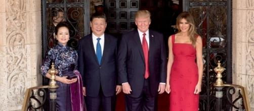 Peng Liyuan, Xi Jinping, Donald Trump and Melania Trump at the entrance of Mar-a-Lago - Photo by D. Myles Cullen Via Wikimedia