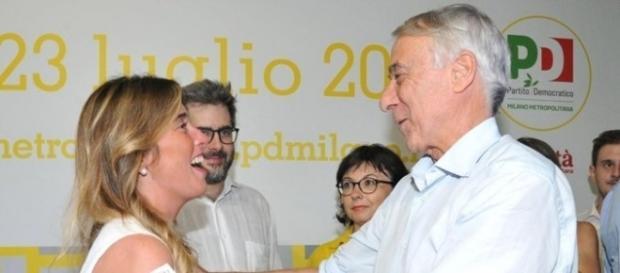 L'abbraccio tra Giuliano Pisapia e Maria Elena Boschi sul palco della Festa dell'Unità di Milano