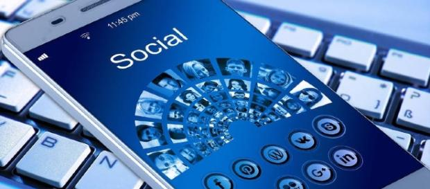 Social network icons on a smartphone home screen: https://pixabay.com/en/mobile-phone-smartphone-keyboard-1917737/