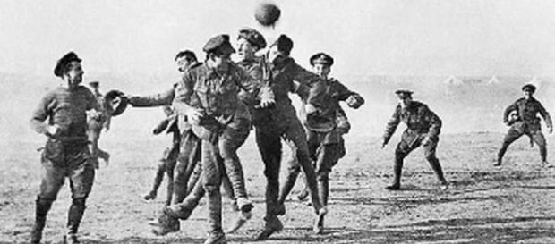 Soldados cambiaron armas por el balón en plena Primera Guerra ... - diez.hn
