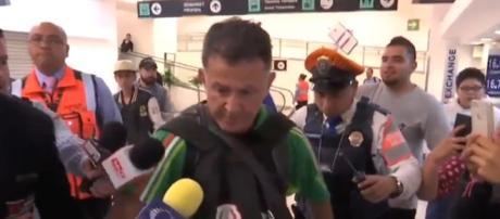 Juan Carlos Osorio a su llegada al Aeropuerto de la CDMX.