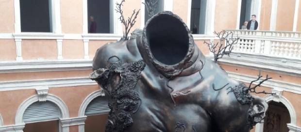 scultura di Damien Hirst a Palazzo Grassi
