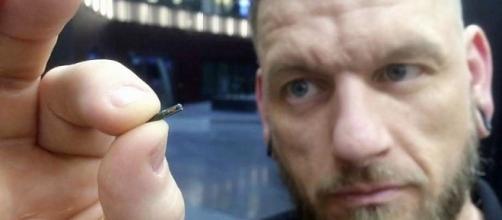 Cientista divulga chip que será implantado nos funcionários. ( Foto: Reprodução)