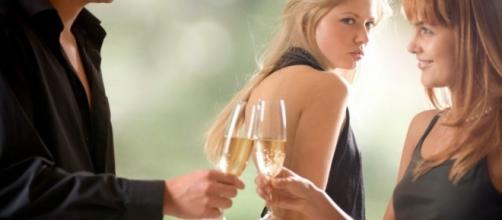 O afastamento de amigos em comum pode ser um sinal de infidelidade (Foto: Reprodução)